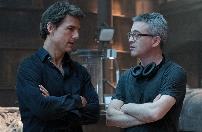 Tom Cruise and director-Alex Kurtzman on the set