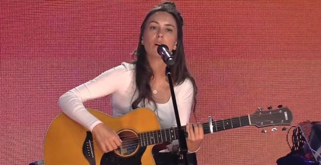 'Everybody Rise' live with Amy Shark